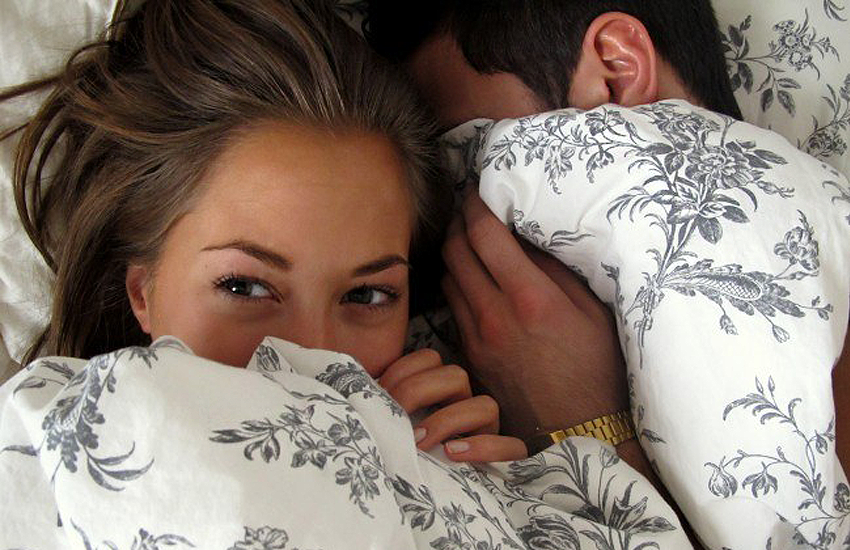 Hot romantisch koppel in bed